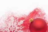 červené vánoční cetka a sněhová vločka