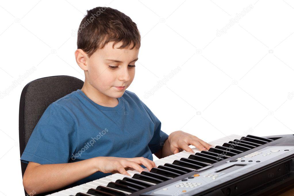 Chico tocando el piano con pene