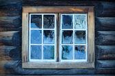 Fotografia finestra di una capanna tradizionale norvegese