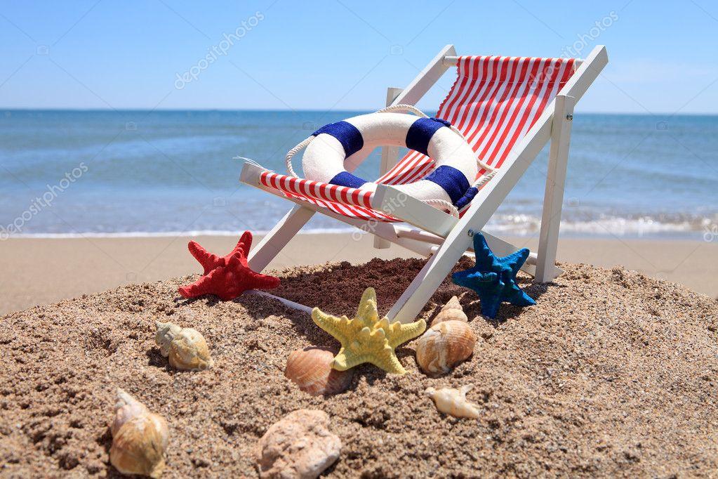 Sedia di spiaggia vicino al mare con conchiglie u2014 foto stock
