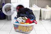 A piszkos mosoda mosó szobában két kosarak
