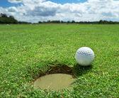 golfový míček na díru