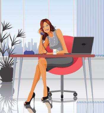 Masa başında oturan ve konuşan bir kadın