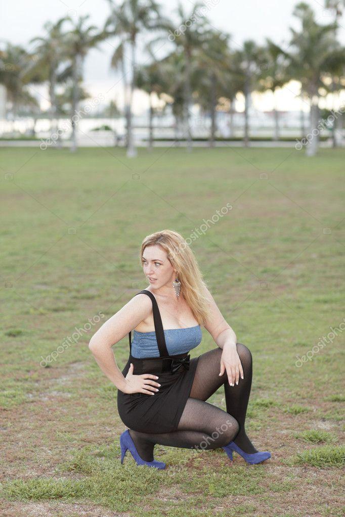 девушка в военной форме села на корточки него больше