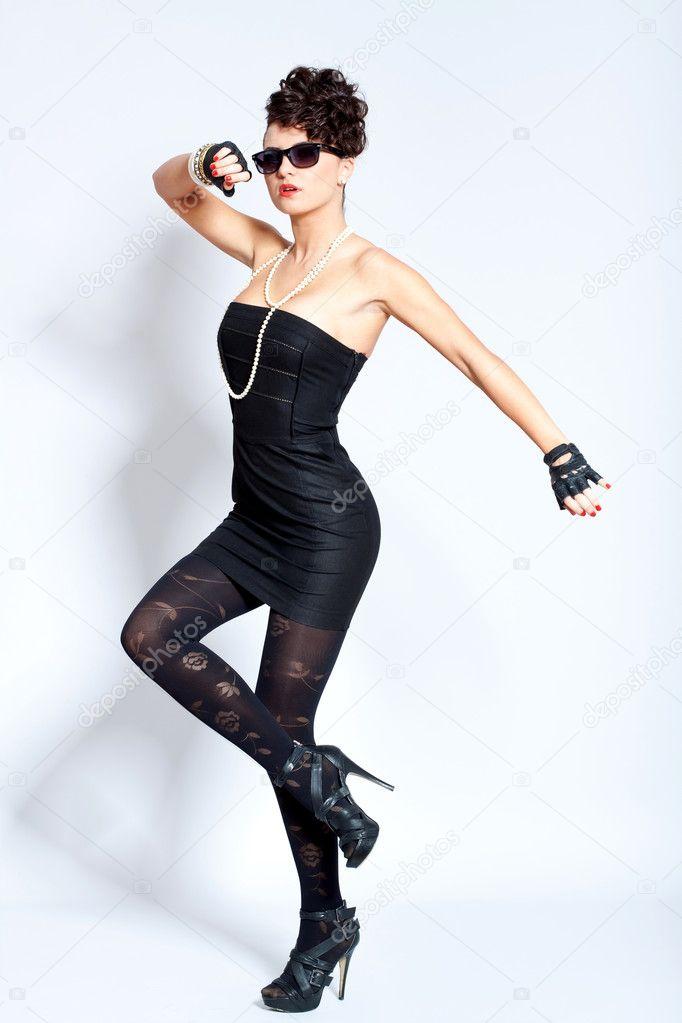 Mujer Sexy En Vestido Negro Collar Tacones Foto De Stock
