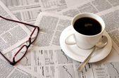 káva přes noviny