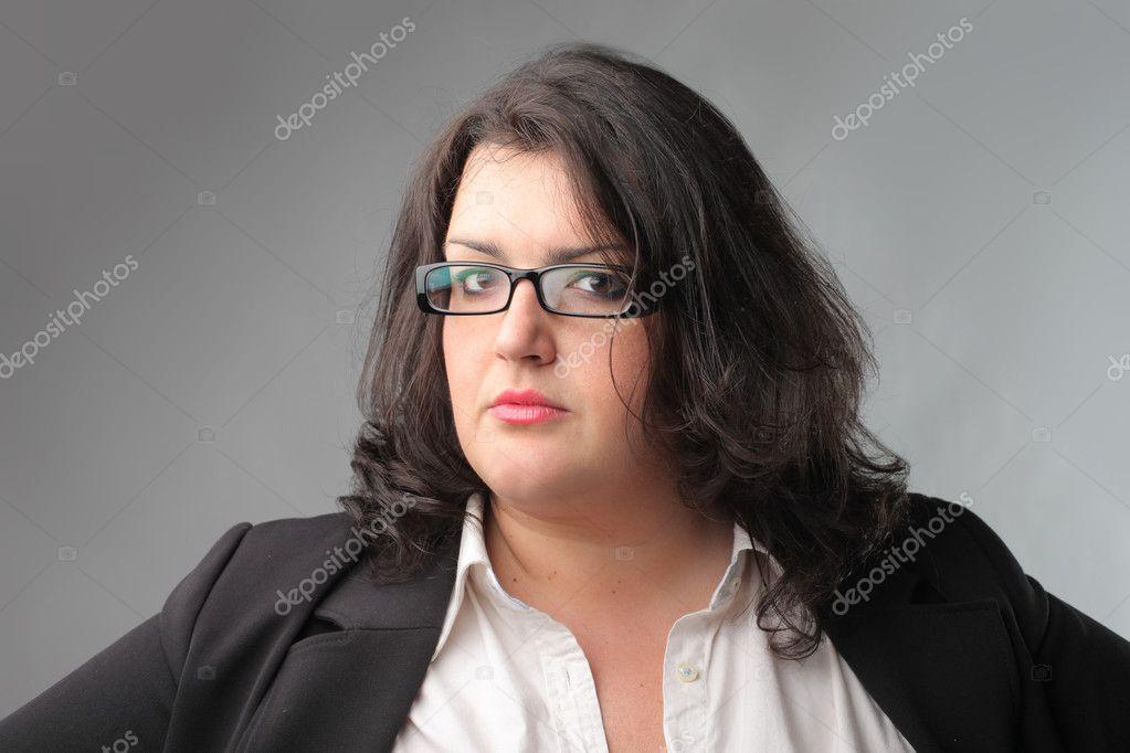 Жирная брюнетка в очках.