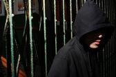 Muž v kapuci v noci, chtějí prolomit zábrany