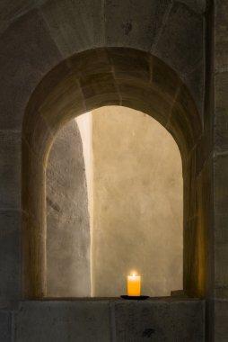 Kerze in Klosterbogen