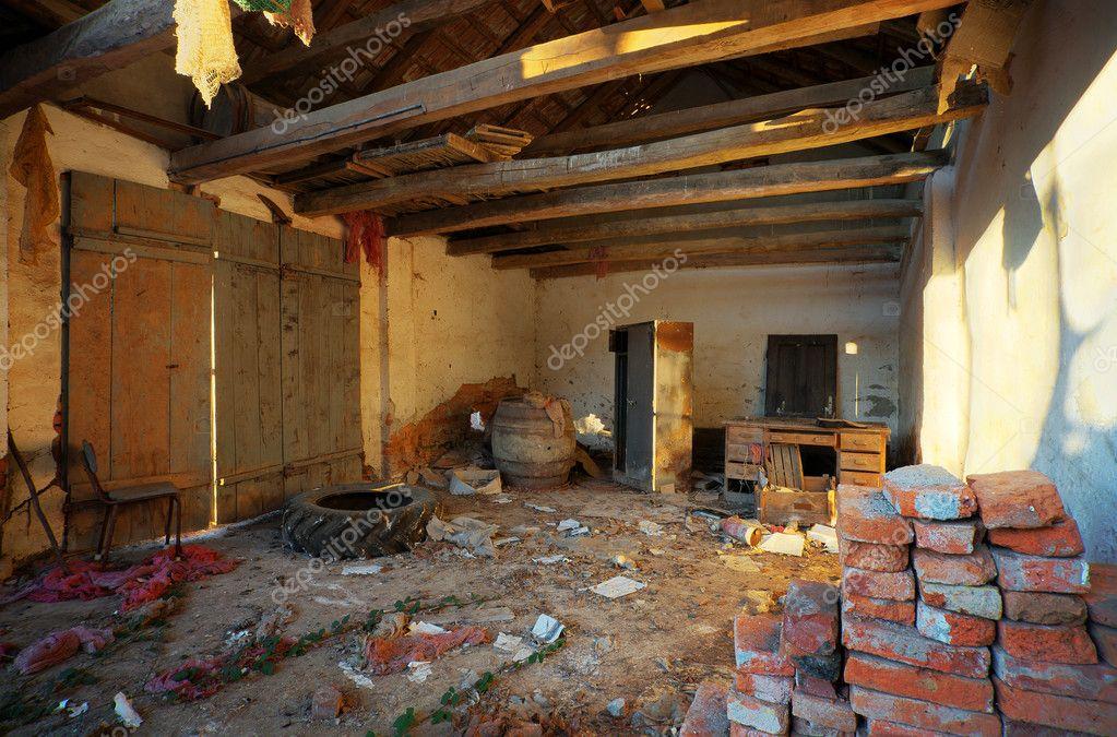 Vervallen huis interieur stockfoto krsmanovic 4913181 for Interieur huis