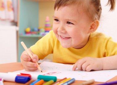 Little girl draw with felt-tip pen