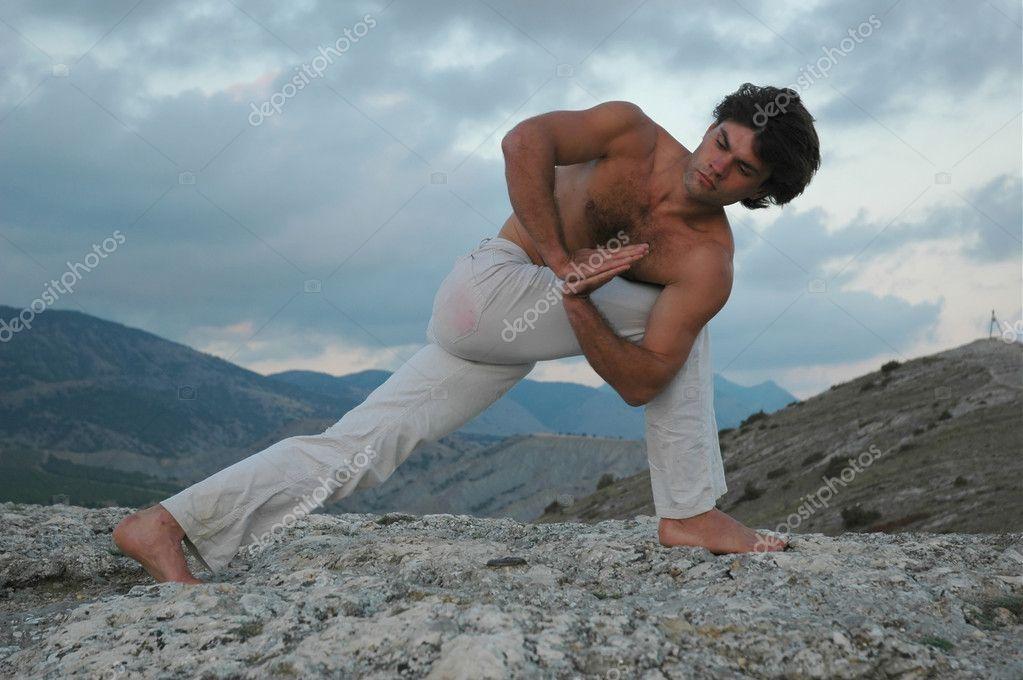 Hatha-yoga: parivrita parshvakonasana