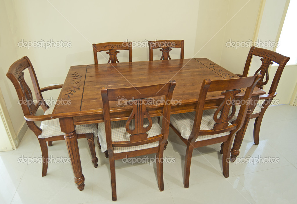 Houten eettafel en stoelen u stockfoto paulvinten