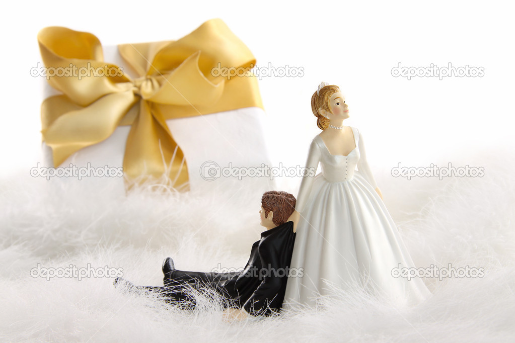 Wedding Statue Gifts: Wedding Cake Figurines With Gift On White