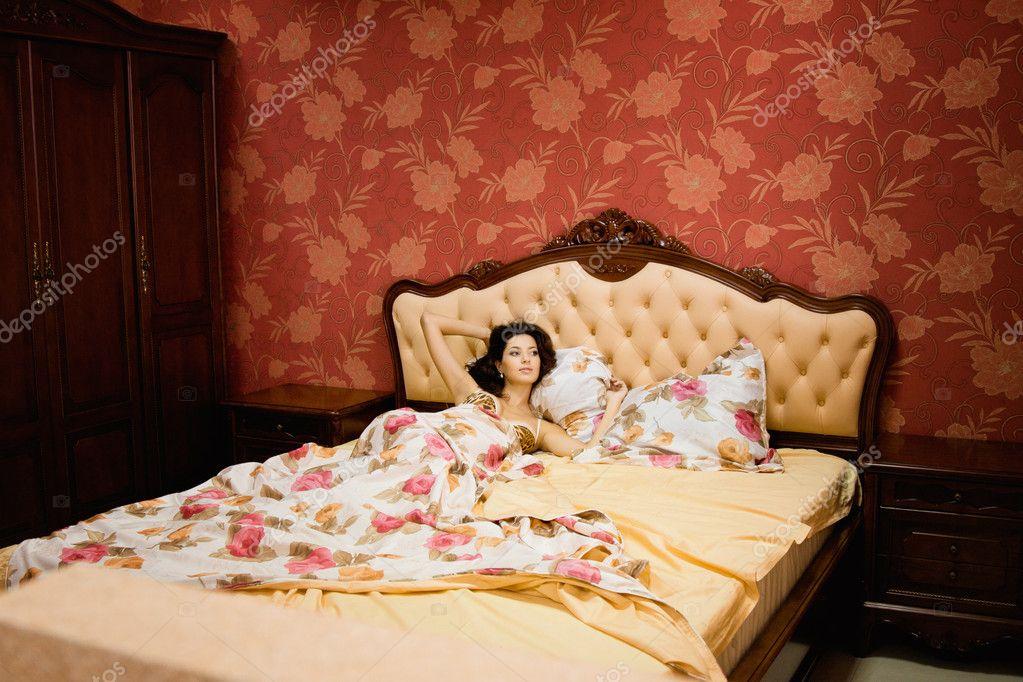 Тётка в спальне