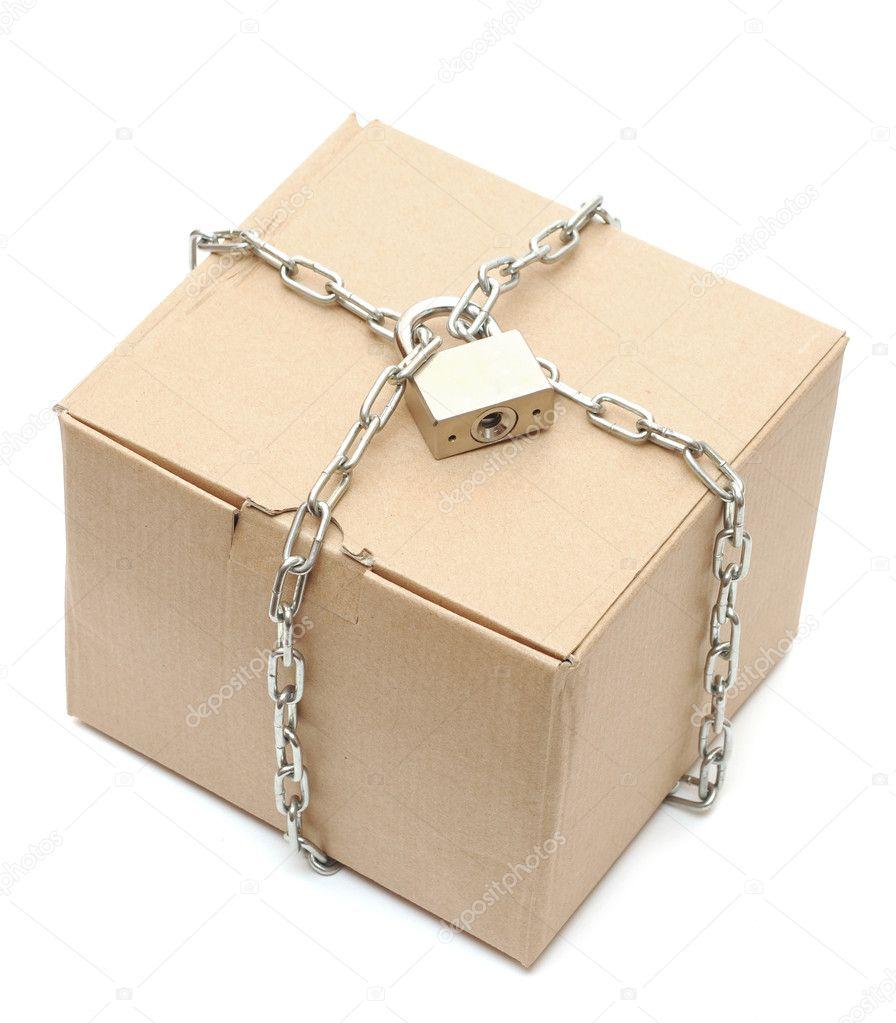 bo te en carton ferm avec une cha ne et un cadenas photographie inxti74 5221171. Black Bedroom Furniture Sets. Home Design Ideas