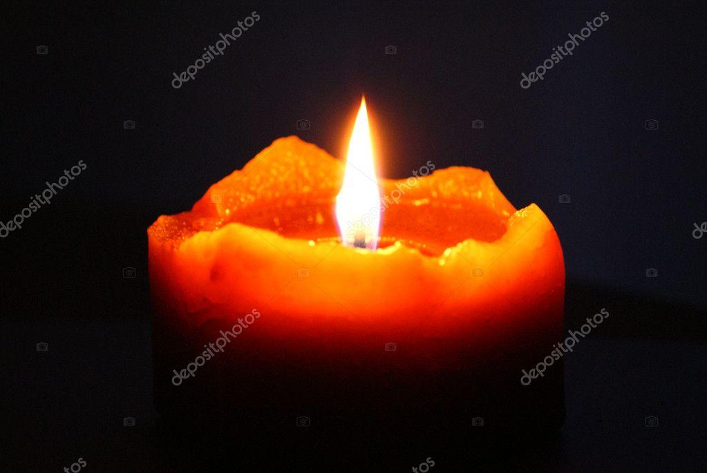 Фото свеча в темноте