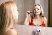 Photo Young pretty woman brushing her teeth