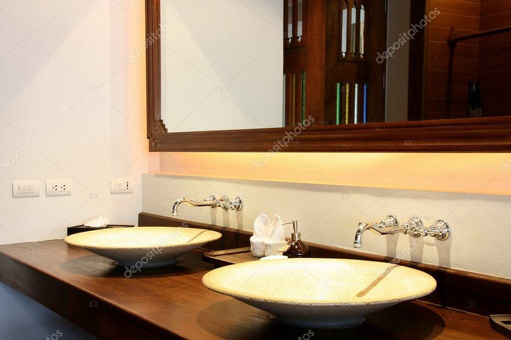 Mooie Wastafels Badkamer : Een mooie wastafel in een badkamer u stockfoto guidenop
