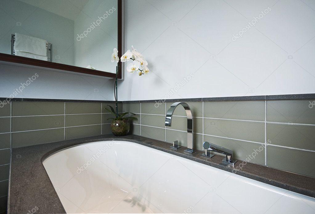 Vasca Da Bagno In Pietra : Vasca da bagno di lusso con pietra di finitura u foto stock