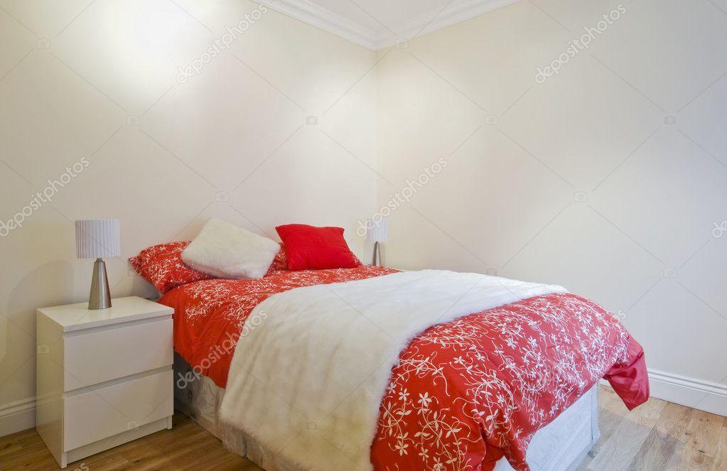 Camere Da Letto Rosse E Bianche : Camera da letto contemporanea in rosso u2014 foto stock © jrphoto #4397070