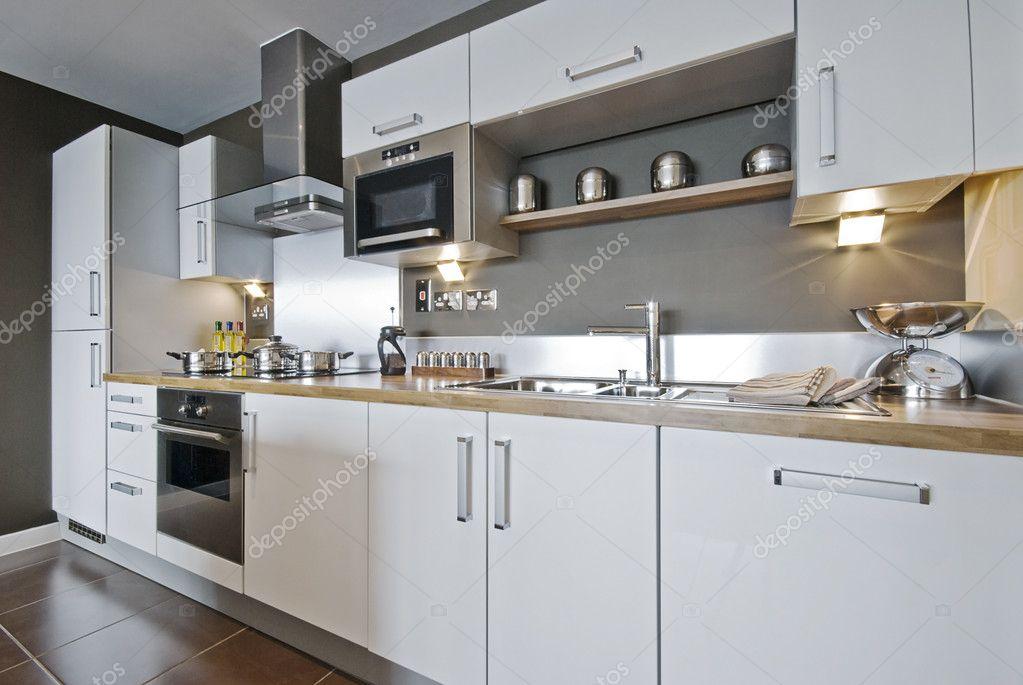 Volledig ingerichte moderne keuken u stockfoto jrphoto