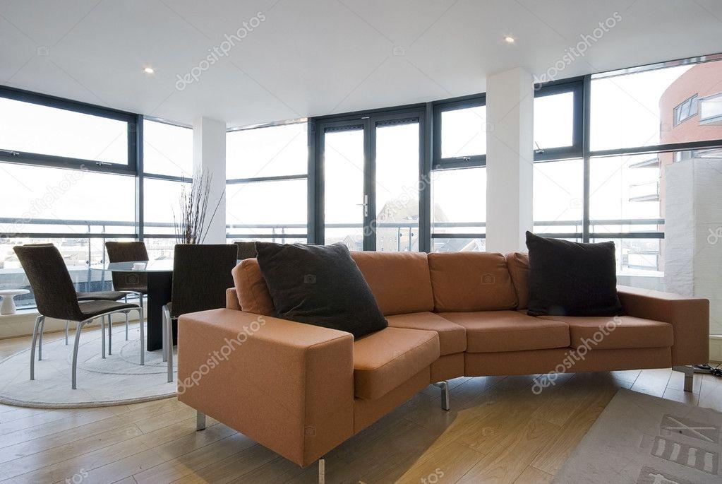 Wohnzimmer Mit Grossen Orange Sofa Stockfoto 5186163