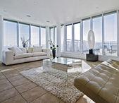 Masivní obývací pokoj s robustní bílé pohovky