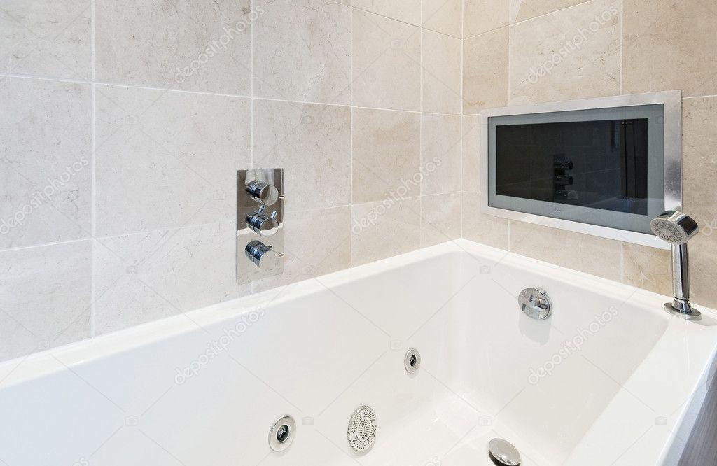 Vasca Da Bagno Montaggio : Vasca da bagno con tv u2014 foto stock © jrphoto #5277470