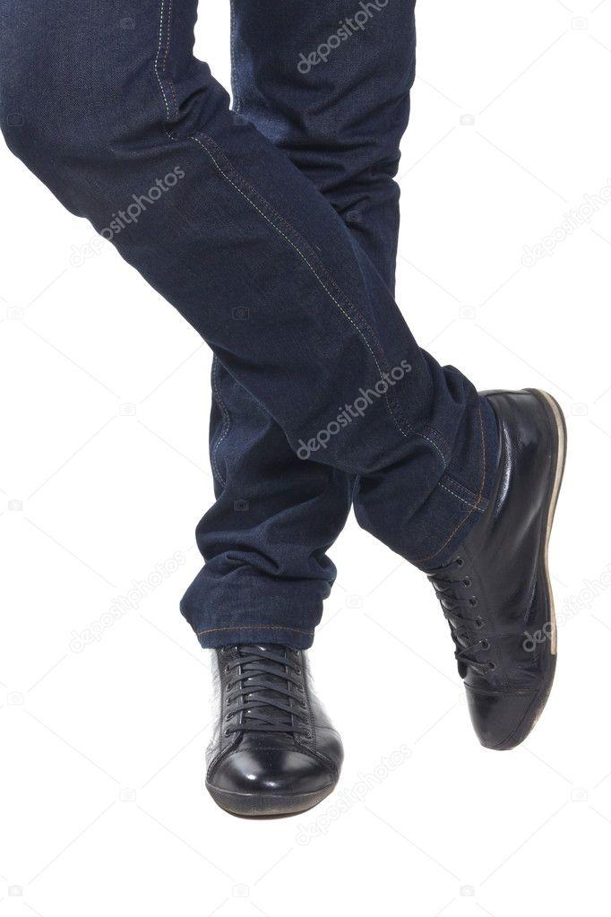 Blaue hose mit schwarzen schuhen