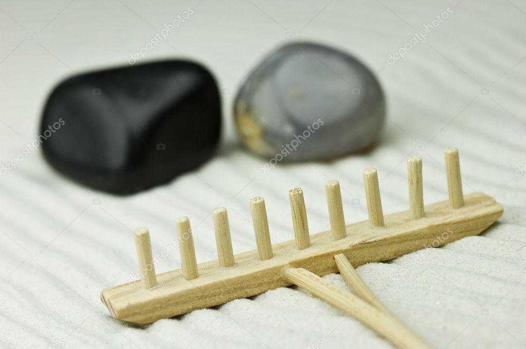 jardn zen miniatura con rastrillo de madera piedras u fotos de stock