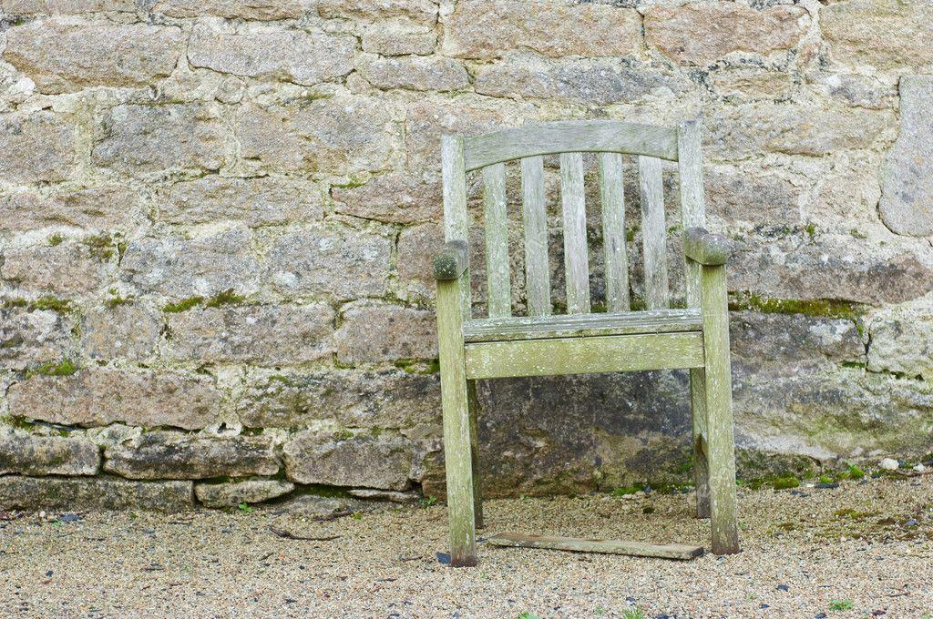 Bakstenen Muur Tuin : Rotte tuin stoel voor een bakstenen muur u2014 stockfoto © pixpack #4098658