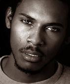 černý muž pláče