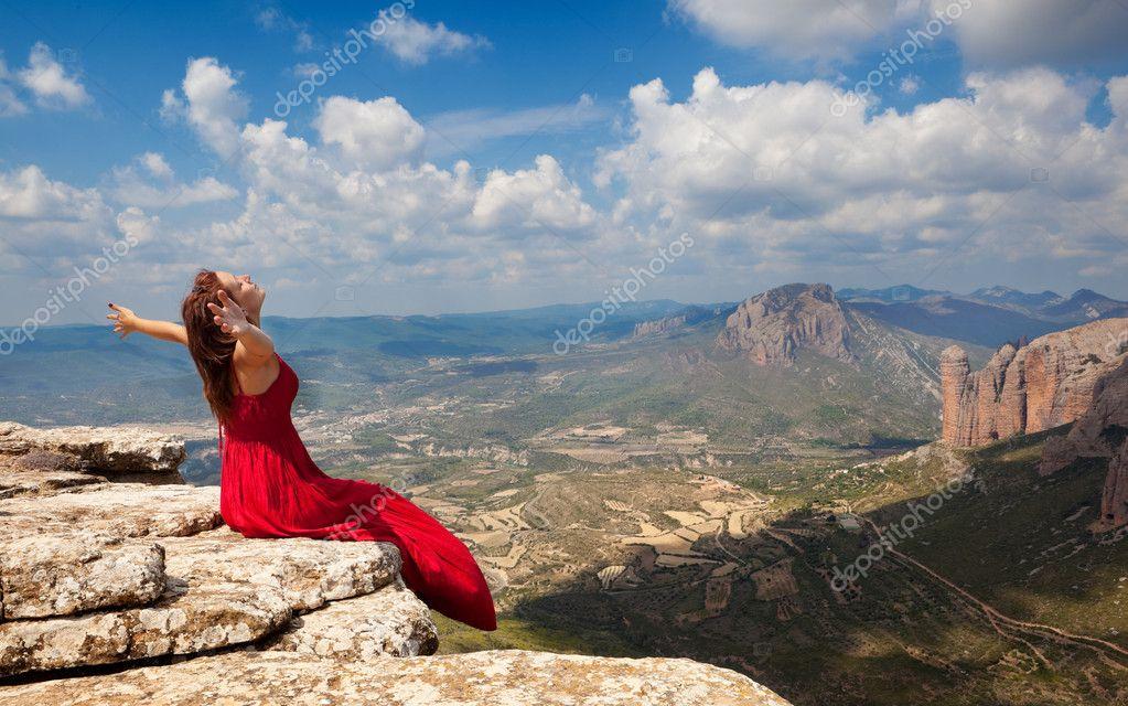 Fotos de Mujer brazos abiertos, Imágenes de Mujer brazos abiertos ⬇  Descargar | Depositphotos