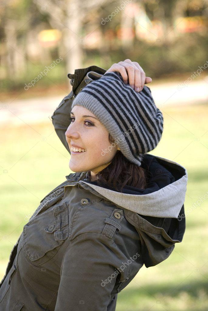 Mulher em uma boina listrada — Foto de tycoon bc0cc67bb63