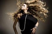 Fotografia Ritratto di una bella ragazza con i capelli biondi di volo