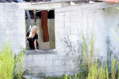 Fotografie Beautiful Blonde at an Abandoned House (3)