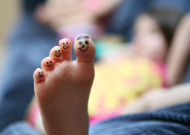 Funny face toes