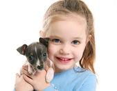 Fotografie süßes Mädchen halten einen Welpen