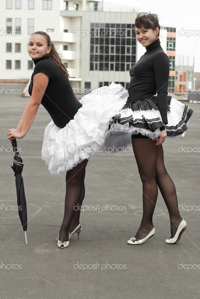 Девушка танцует в мини и колготках