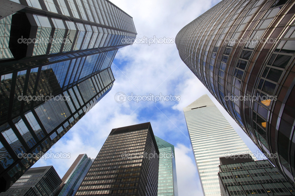 edificios de la ciudad de nueva york mirando hacia arriba u foto de stock