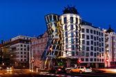 Noční pohled na Tančící dům v Praze