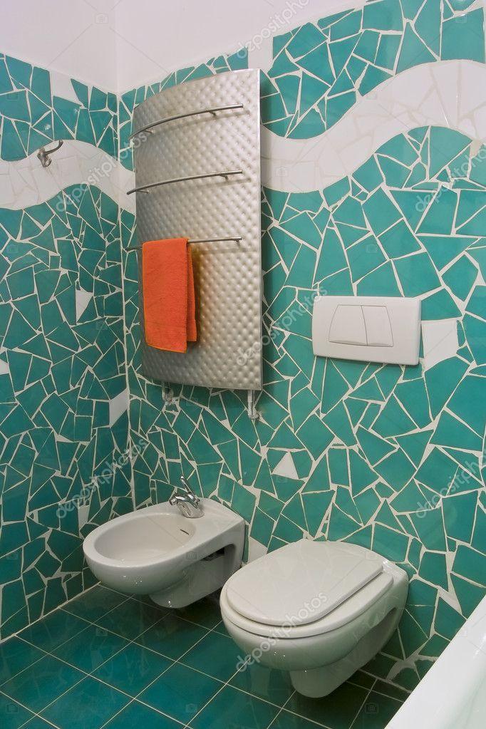 Piccolo bagno con piastrelle verdi foto stock for Piastrelle bagno piccolo