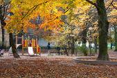 Herbstpark und Kinderspielplatz