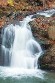 vodopády na skalnaté podzimní proudu