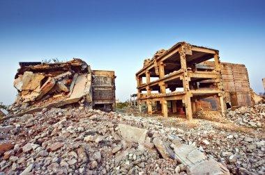 Depremden sonra yıkılan binalar