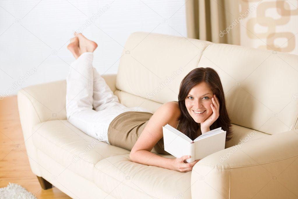 девушка на диване читает видео онлайн основном, это
