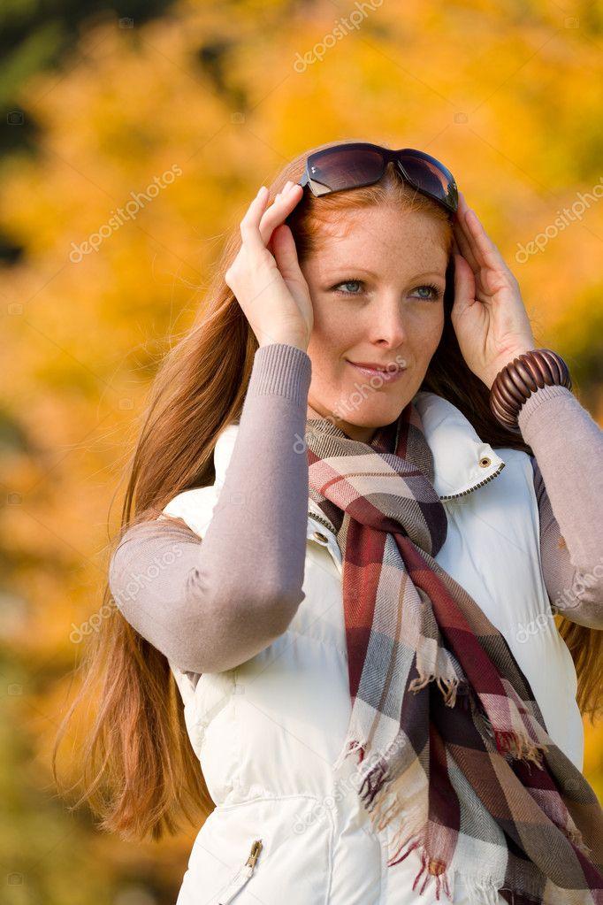Herbst Park Lange Rote Haare Frau Mode Stockfoto