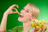 gesunde Lebensweise - Frau isst Obstsalat