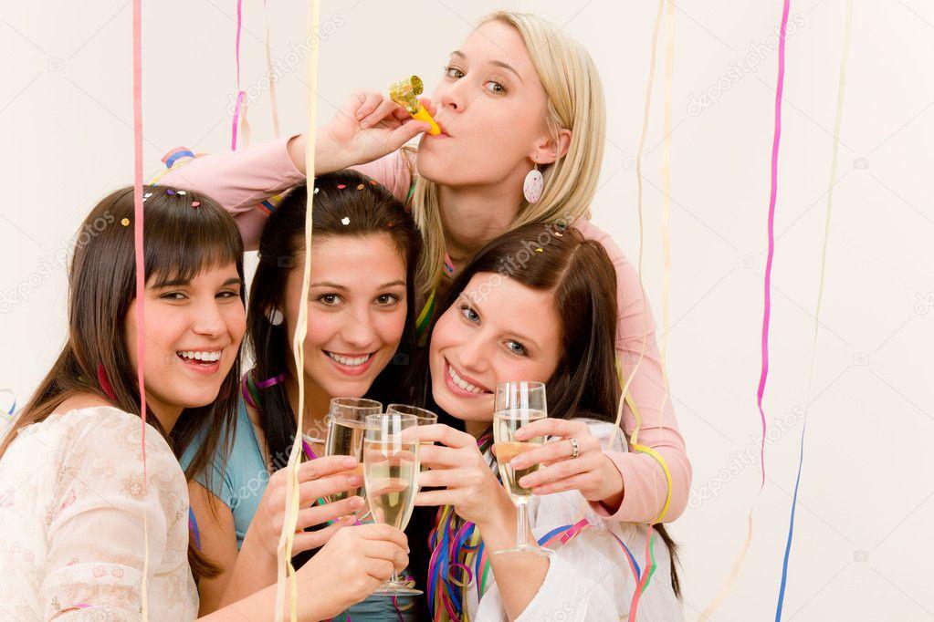 Celebracion De La Fiesta De Cumpleanos Cuatro Mujer Con Confeti De